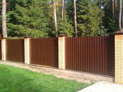 забор из коричневого профнастила