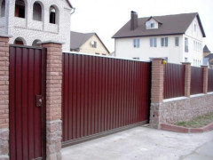 монтаж забора из профнастила на территории частного дома